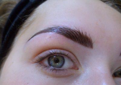 Naturalny efekt makijażu permanentnego brwi