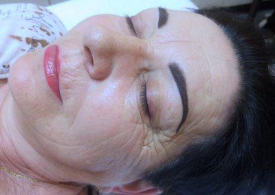 Makijaż permanentny brwi u kobiety w średnim wieku