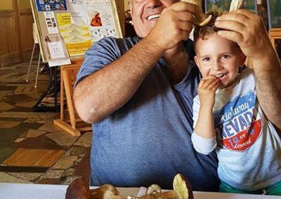 Dziadek i wnuczek na grzybobraniu
